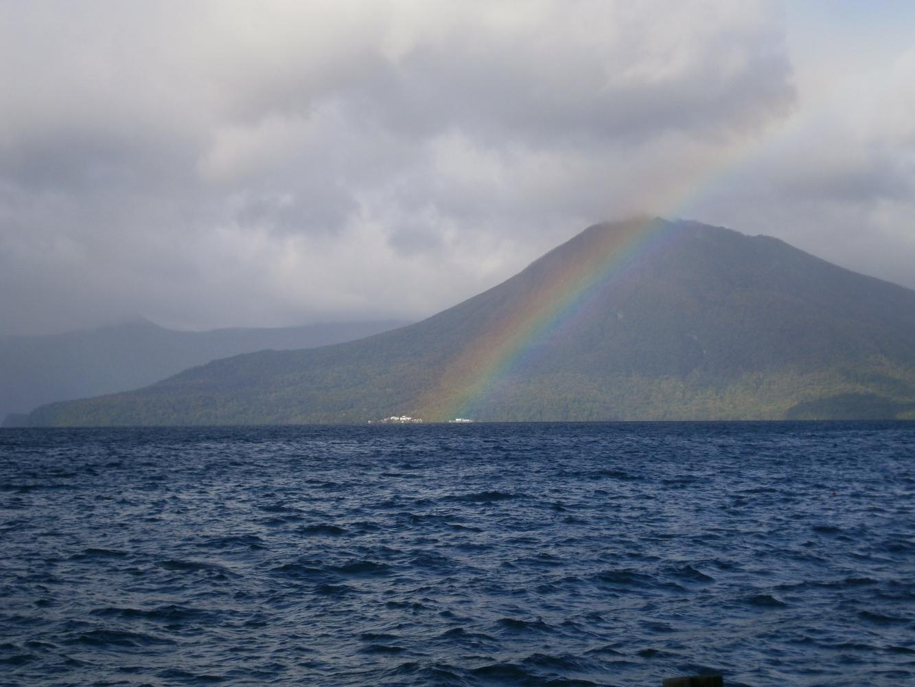 支笏湖にかかる虹